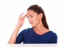 Menina bonita com os olhos fechados que sofrem a dor de cabeça fotos de stock royalty free
