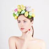 Menina bonita com os ovos coloridos de easter Fotos de Stock Royalty Free