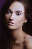 Menina bonita com pele perfeita da saúde da face foto de stock