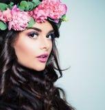 Menina bonita com penteado e verão ondulados Flo Foto de Stock Royalty Free