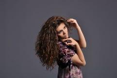 Menina bonita com riqueza do cabelo marrom ondulado imagens de stock royalty free