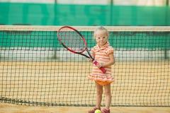 Menina bonita com a Síndrome de Down que joga o tênis imagem de stock royalty free