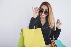 Menina bonita com sacos de compras Fotografia de Stock Royalty Free