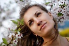 Menina bonita com sakura de florescência Imagens de Stock