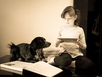 Menina bonita com seu cão Fotografia de Stock