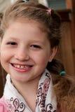 Menina bonita com sorrir forçadamente grande imagem de stock royalty free