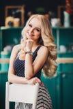 Menina bonita com sorrisos longos do cabelo imagens de stock royalty free