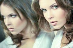 Menina bonita com sua reflexão imagens de stock
