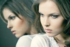 Menina bonita com sua reflexão Imagem de Stock