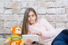 Menina bonita com tabuleta Fotos de Stock Royalty Free