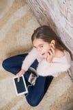Menina bonita com tabuleta fotografia de stock