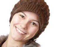 A menina bonita com tampão sorri feliz imagem de stock
