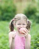 Menina bonita com um Apple. Imagens de Stock Royalty Free