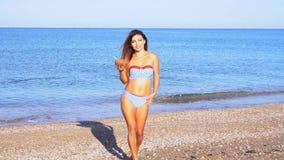 Menina bonita com um cocktail na praia no recurso perto do oceano vídeos de arquivo
