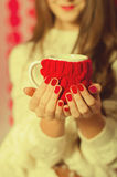 Menina bonita com um copo do chá Foto de Stock