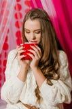 Menina bonita com um copo do chá Imagens de Stock Royalty Free