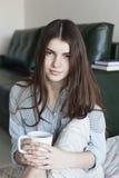 Menina bonita com um copo do chá Fotos de Stock Royalty Free