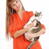 Menina bonita com um gato em um fundo branco. Fotos de Stock