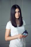 Menina bonita com um telefone Fotos de Stock