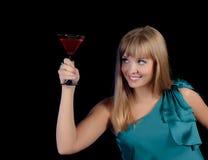 Menina bonita com um vidro de uma bebida vermelha fotos de stock