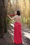 Menina bonita com um violino na floresta Fotos de Stock Royalty Free