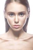 Menina bonita com uma composição clara do Nude e um cabelo louro Face da beleza Imagens de Stock