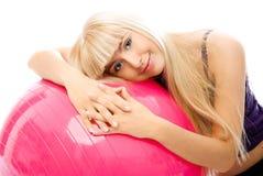 Menina bonita com uma esfera da aptidão Fotografia de Stock