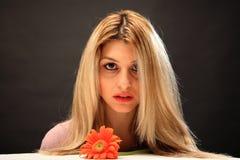 Menina bonita com uma flor imagens de stock