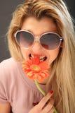 Menina bonita com uma flor foto de stock