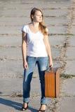 Menina bonita com uma mala de viagem Imagem de Stock