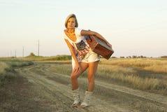 Menina bonita com uma mala de viagem Fotografia de Stock