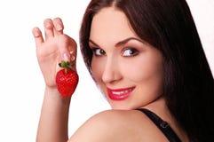 Menina bonita com uma morango suculenta fresca Imagens de Stock