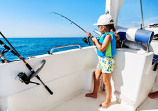 Menina bonita com uma pesca da vara de pesca Fotografia de Stock