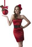 A menina bonita com vestido vermelho tem uma expressão feliz Fotos de Stock