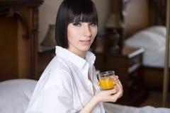 Menina bonita com vidro do suco de laranja imagens de stock royalty free