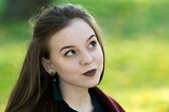 Menina bonita com vista perniciosa do batom escuro acima Iluminação natural do contorno fotos de stock