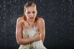 A menina bonita congela-se na chuva Imagem de Stock