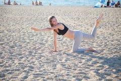 Menina bonita contratada na ioga da aptidão Fotos de Stock Royalty Free