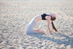 Menina bonita contratada na ioga da aptidão Fotografia de Stock