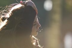 A menina bonita corrige seu cabelo Iluminação do contorno imagem de stock royalty free