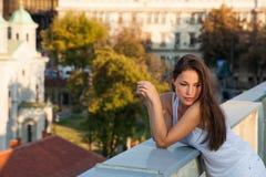 A menina bonita da cidade aprecia no por do sol no telhado fotografia de stock royalty free