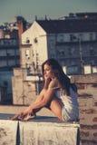 A menina bonita da cidade aprecia no por do sol no tiro completo summ do corpo do telhado imagens de stock royalty free