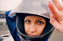 Menina bonita da confiança em competir o capacete fotos de stock
