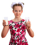 Menina bonita da criança que guarda vidros do leite e da água clara Imagens de Stock Royalty Free