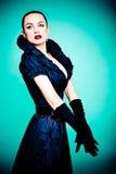 Menina bonita da forma no fundo de turquesa Imagens de Stock Royalty Free