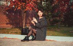 A menina bonita da forma pinta os bordos na rua Foto de Stock Royalty Free