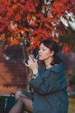 A menina bonita da forma pinta os bordos na rua Imagem de Stock Royalty Free