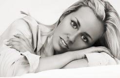 Menina bonita da jovem mulher que estabelece o relaxamento Fotografia de Stock Royalty Free
