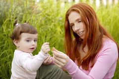 Menina bonita da matriz e do bebê ao ar livre fotos de stock royalty free