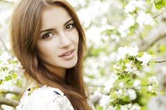 Menina bonita da mola com flores Fotos de Stock Royalty Free